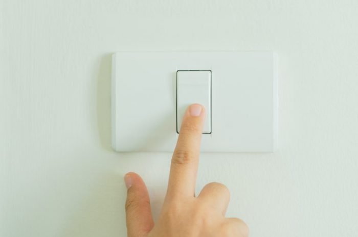 saving electricity by turning off lights